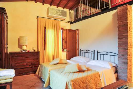 Villa D'Elsa - Twin bedroom, with balcony.