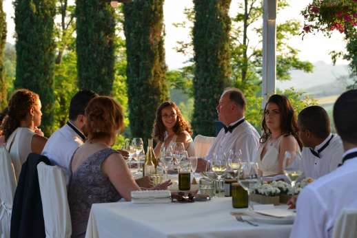 Villa D'Elsa - Wedding guest dining under the loggia
