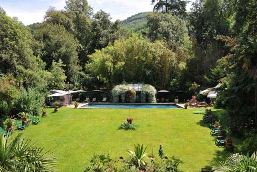 Villa De Lanfranchi - The well maintained lawn with leads down to the private swimming pool.