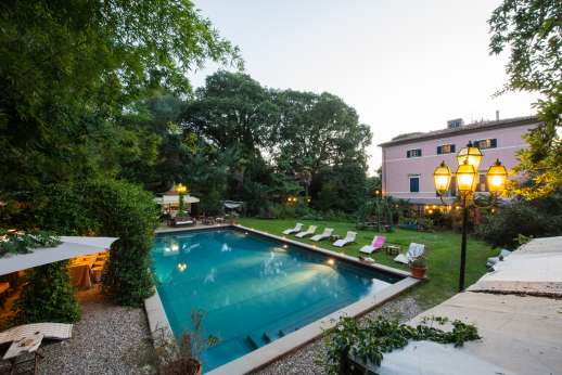 Villa De Lanfranchi - The pool garden furnished with ample sun loungers and seating areas.