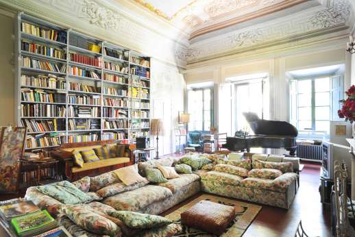 Villa De Lanfranchi - The living room with a great library.