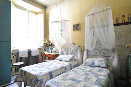 Villa De Lanfranchi - A twin bedroom, with en suite bathroom.