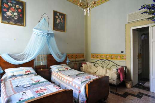 Villa De Lanfranchi - Twin bedroom with en suite bathroom.
