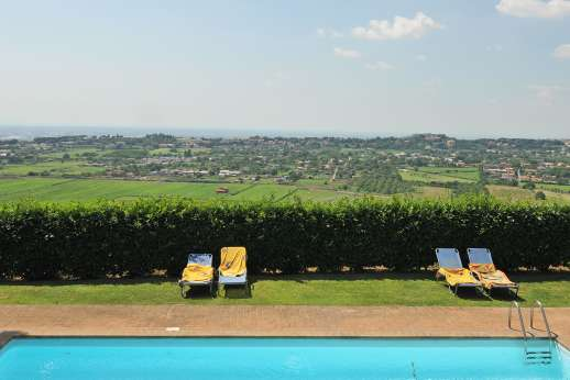 Villa delle Lance - Ample seating and sun loungers around the pool.