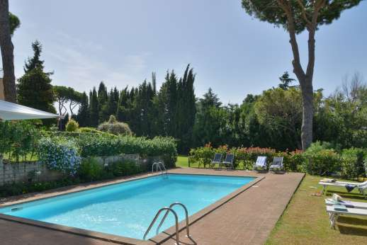 Villa delle Lance - The pool set in the garden
