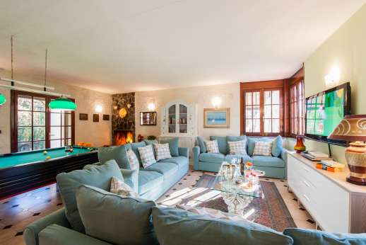 Villa Denise - Large seating area with access outside