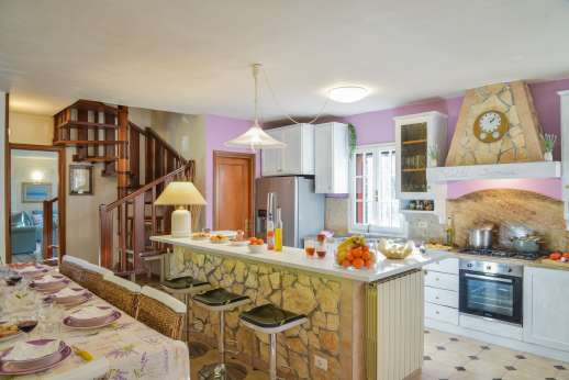 Villa Denise - Dining and kitchen area