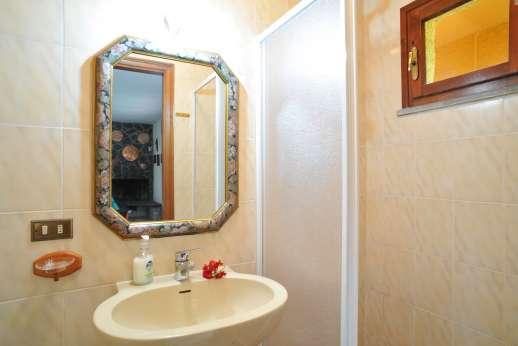 Villa Denise - Downstairs bathroom