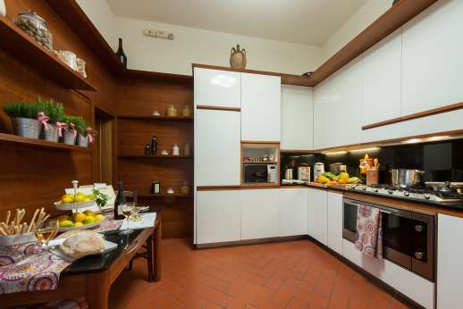 Villa di Bagnolo - Spacious kitchen with table