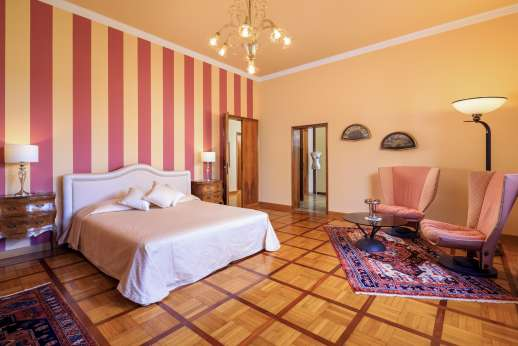 Villa di Bagnolo - Air conditioned double bedroom with an en suite bathroom with a jacuzzi bath.