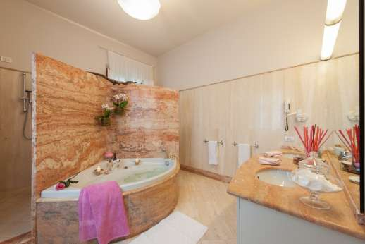 Villa di Bagnolo - The bathroom with jacuzzi bath.