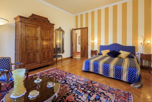 Villa di Bagnolo - Air conditioned double bedroom with an en suite bathroom with shower.