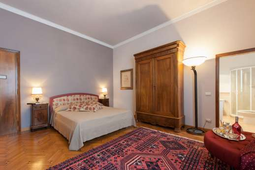 Villa di Bagnolo - Double bedroom with en suite bathroom.