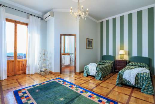 Villa di Bagnolo - Twin bedroom with en suite bathroom.