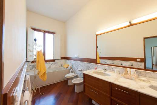 Villa di Bagnolo - And en suite bathroom.