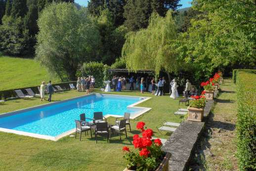 Weddings at Villa Di Masseto - Fantastic pool terrace with sun loungers and pergola for some shade, perfect to relax and prepare for the special day.