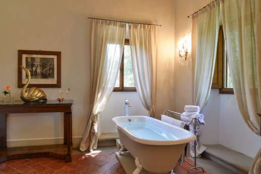 Weddings at Villa Di Masseto - Bath tub in La Stanza del Marchese