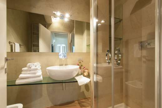 Weddings at Villa Di Masseto - En suite bathroom.