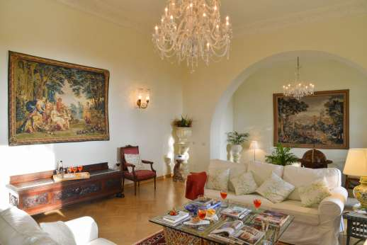 Villa di Pile - Ground floor, large sitting room with fireplace.