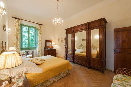 Villa di Pile - Another of the double bedrooms with en suite shower room.