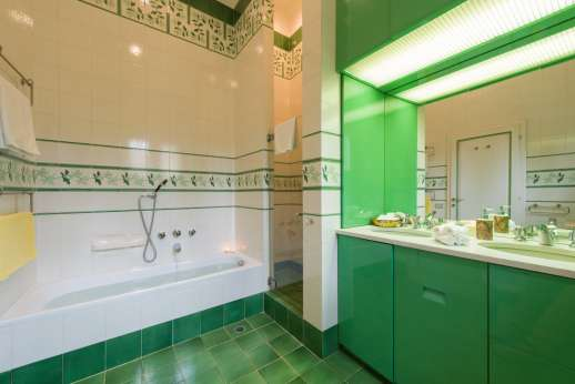 Villa di Pile - Bathroom with bath and shower.