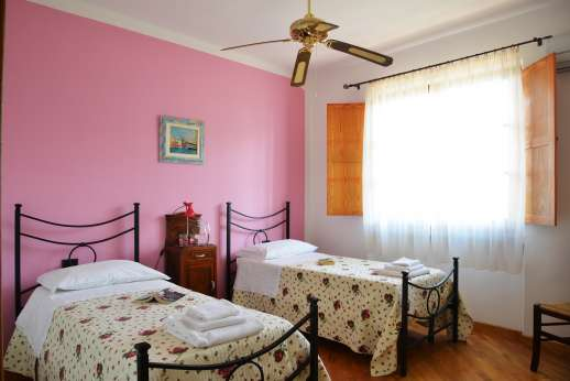 Villa Doveri - First floor air-conditioned twin bedroom sharing bathroom with the other twin bedroom.