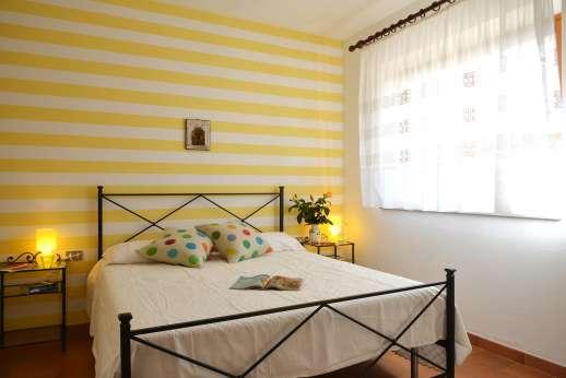 Villa Doveri - Air-conditioned double bedroom in the guest house.