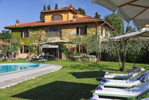 Villa Giotto - Pool terrace with very comfortable loungers for sunbathing.