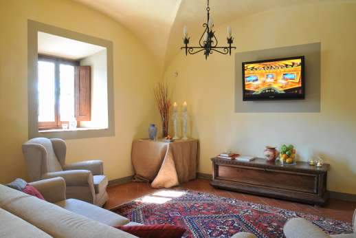 Villa Le Botti - Large living room with arches and TV area