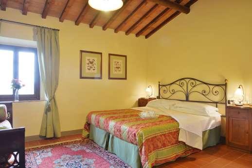 Villa Le Botti - A double bedroom with en suite bathroom.