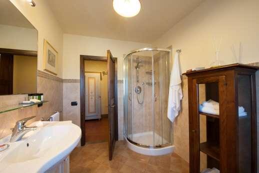 Villa Le Botti - One of the en suite bathrooms with shower.