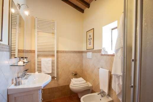 Villa Le Botti - En suite bathroom.