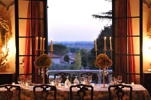 Villa Lungomonte - The large dining room with views out over Asciano Pisano.