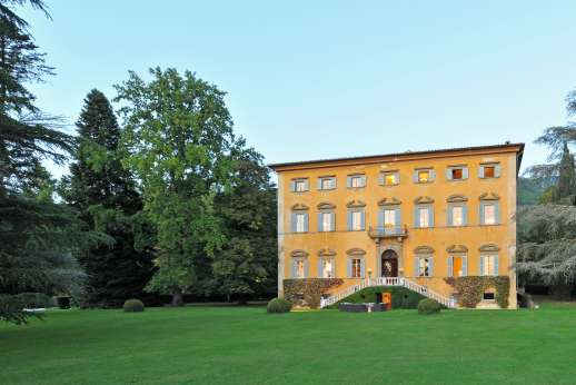 Villa Lungomonte - Villa Lungomonte sits gracefully at the top of a long drive, surrounded by a walled park that extends to the small village of Asciano Pisano.
