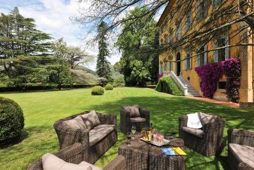 Villa Lungomonte - Garden with lounging area.