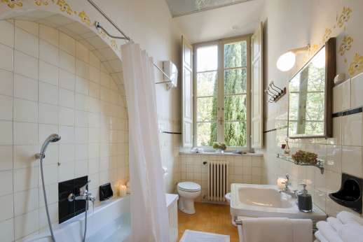 Villa Lungomonte - A bright and airy bathroom with bath.