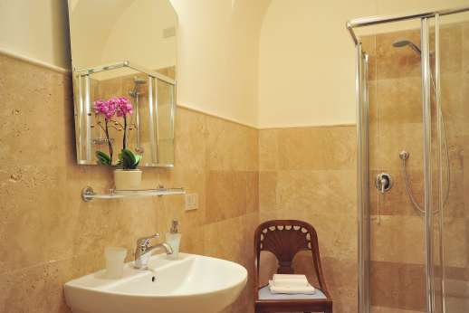 Villa Lungomonte - A bathroom with shower.