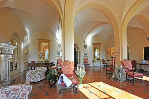 Weddings at Villa Lungomonte - The large entrance hall.