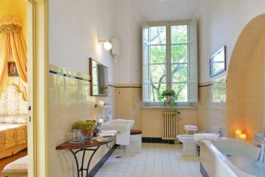 Weddings at Villa Lungomonte - A large bathroom.