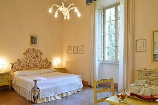 Weddings at Villa Lungomonte - A double bedroom.