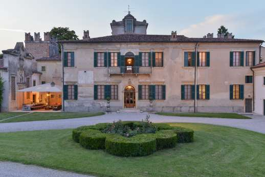 Villa Zambonina - Magnificent 17C Palladian villa near Verona. Beautifully furnished frescoed rooms. Formal gardens with lovely gated pool. Tennis, golf nearby. A/C bedrooms.