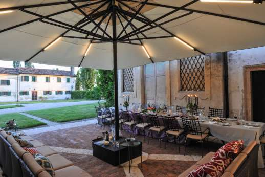 Villa Zambonina - Shaded seating with lighting by the villa
