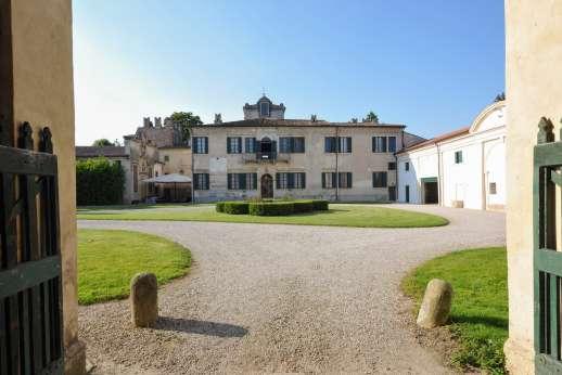 Weddings at Villa Zambonina - Entering the courtyard at the villa