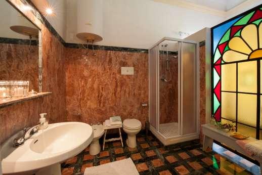 Weddings at Villa Zambonina - Marble en suite bathroom with shower on the first floor.