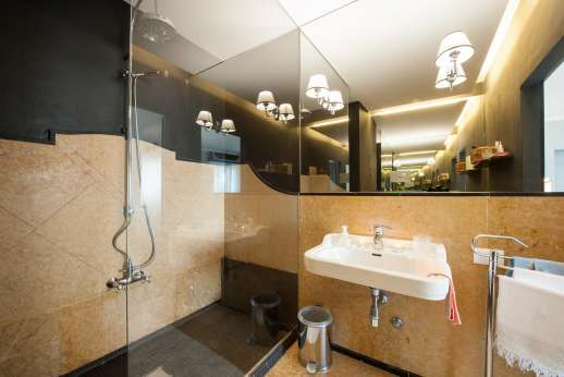 Weddings at Villa Zambonina - En suite bathroom on first floor, west side.