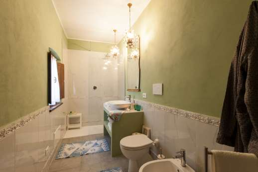 Weddings at Villa Zambonina - Shared bathroom and shower