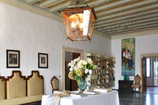 Weddings at Villa Zambonina - First floor sitting room with a well-stocked library.