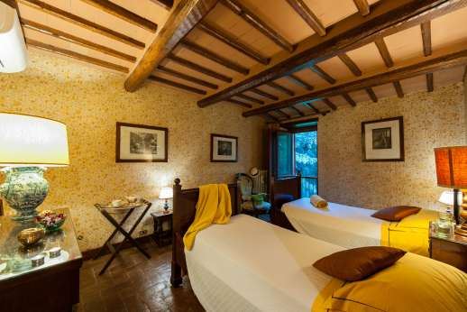 Visentium - Twin bedroom with en suite bathroom overlooking the garden.