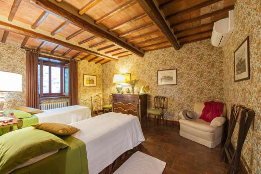 Visentium - Twin bedroom with beautiful beamed ceilings.