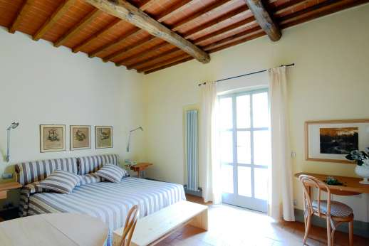 The Hamlet Casamora - Il Noce Casamora - Ground floor air conditioned double bedroom, with an en suite bathroom with bath,